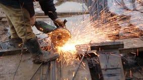 Mens aan het werk in fabriek stock video