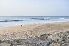 Mens alleen op het strand stock foto