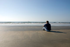 Mens alleen op strand Stock Afbeelding