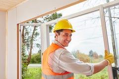 Mens als deskundige venstermonteur stock foto's