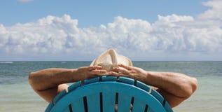 Mens als voorzitter op Caribbian-strand stock foto