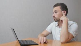 Mens in anticiperen over notitieboekje stock video