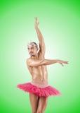 Mens in ballettutu tegen de gradiënt Stock Afbeeldingen