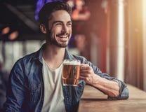 Mens in bar royalty-vrije stock fotografie