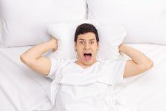 Mens in bed het gillen Stock Afbeelding