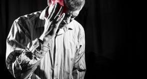 Mens in bedrijfsdieoverhemd aan hoofdpijn wordt opgelopen stock foto's