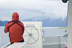 Mens in benedenparka op de Boot Van Alaska Stock Foto