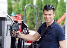 Mens bij benzinestation stock fotografie