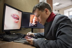 Mens bij de computer Grafische Tablet Royalty-vrije Stock Afbeelding
