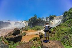 Mens bij de Iguazu-Dalingen wordt gefotografeerd die royalty-vrije stock afbeeldingen