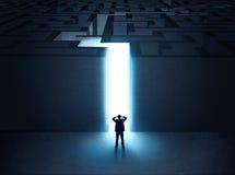 Mens bij de ingang aan een labyrint stock foto's
