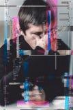 mens bij de monitor na het verlies van financiën glich effect Stock Afbeelding