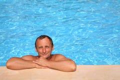 Mens bij de pool royalty-vrije stock afbeelding