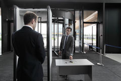 Mens bij de poorten van de luchthavenveiligheid Royalty-vrije Stock Afbeelding