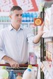 Mens bij de supermarkt royalty-vrije stock fotografie