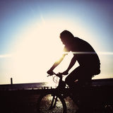 Mens bij fiets het berijden bij een kustlijn Stock Fotografie
