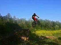 Mens bij fiets in lucht Stock Foto