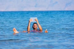 Mens bij het Dode Overzees, Israël royalty-vrije stock foto's