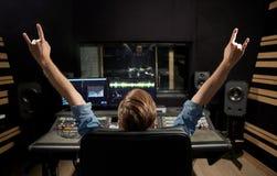 Mens bij het mengen van console in de studio van de muziekopname royalty-vrije stock afbeelding