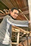 Mens bij houtfabriek royalty-vrije stock afbeeldingen
