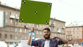 Mens bij politieke staking met banner met punten voor het volgen aan exemplaar ruimteteksten stock footage