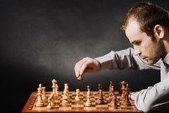 Mens bij schaakraad Stock Foto's