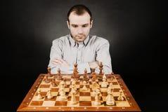 Mens bij schaakraad Stock Foto