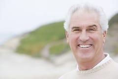 Mens bij strand het glimlachen stock fotografie