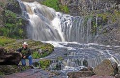 Mens bij waterval Royalty-vrije Stock Foto