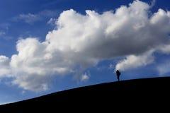 Mens bij wit zandduin in vroege ochtend op blauwe hemel, Muine, stock fotografie