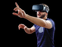 Mens in blauwe gestippelde T-shirt die virtuele werkelijkheids 3d-hoofdtelefoon dragen Royalty-vrije Stock Foto's