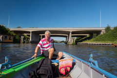 Mens in boot bij de rivier Stock Afbeelding