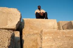 Mens boven op Stapel van de Blokken van het Cement Stock Afbeelding