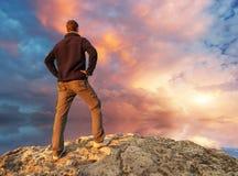 Mens bovenop berg royalty-vrije stock foto's