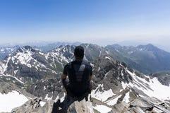 Mens bovenop berg Stock Fotografie