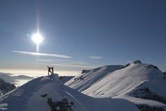 Mens bovenop de berg Stock Fotografie