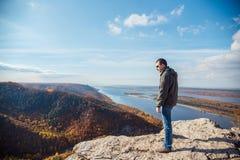 Mens bovenop een berg Stock Fotografie