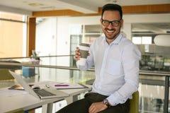 Mens in bureau die een onderbreking hebben Mens met kop van koffie lo Stock Foto's