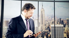 Mens in bureau die zaken met tablet in New York doen stock videobeelden