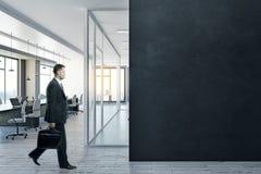 Mens in bureau met copyspace Stock Afbeelding