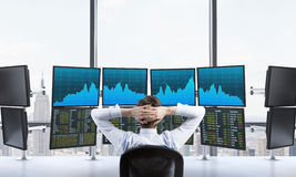 Mens in bureau met de gegevens van de computersverwerking, handel, New York stock afbeelding