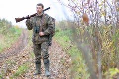 Mens in camouflage en met kanonnen in een bosriem op de lente hun Royalty-vrije Stock Foto