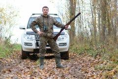 Mens in camouflage en met kanonnen in een bosriem op de lente hun Royalty-vrije Stock Afbeelding