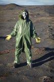 Mens in chemisch beschermend kostuum in woestijn Stock Afbeelding