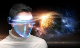Mens in 3d glazen over planeet en ruimte Stock Afbeeldingen