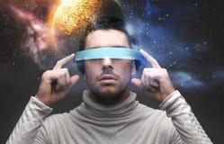 Mens in 3d glazen over ruimteachtergrond Stock Foto's