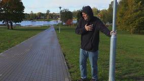 Mens in de adem van het parkgebrek stock video