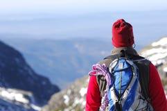 Mens in de bovenkant van a in berg wandeling Royalty-vrije Stock Afbeeldingen