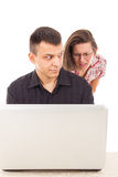 Mens in de handeling van liefdezwendel het bedriegen over Internet wordt gevangen dat stock foto