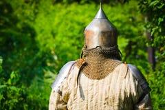Mens in de helm van de ridder royalty-vrije stock foto's